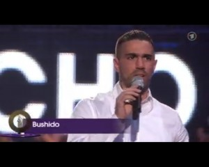 "Echo 2009: Bushido übergibt den Award ""Beste Künstlerin Pop Rock national"" (Foto: ARD Screenshot)"