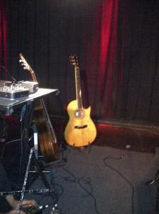"""Gitarre von Raul Midón im """"Nachtleben"""" in Frankfurt 12.03.2012"""