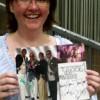 Hat die Autogramme aller Kool & The Gang-Mitglieder: rap2soul.de-Gewinnerin Rebecca Döllgast nach dem meet & greet (foto: rap2soul)