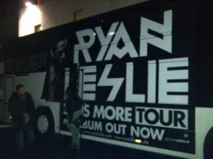 Beliebte Fotowand nach der Ryan Leslie Show: so viel Aufhebens macht nicht jeder Amerikaner auf Tour. (Foto: rap2soul)