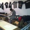 """Ruhe vor dem Sturm: T-Shirts finanzieren den """"American Dream""""."""